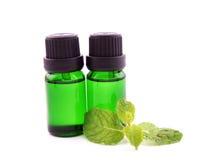 Óleo do aroma da pastilha de hortelã no fundo branco Fotografia de Stock