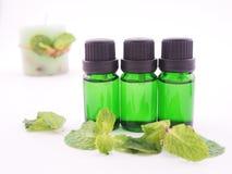 Óleo do aroma da pastilha de hortelã no fundo branco Imagens de Stock