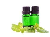 Óleo do aroma da pastilha de hortelã no fundo branco Imagens de Stock Royalty Free