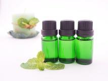 Óleo do aroma da pastilha de hortelã no fundo branco Foto de Stock