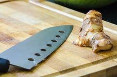 Óleo do Galangal no carniceiro de madeira Fotos de Stock