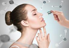 Óleo dos cosméticos na cara entre as moléculas fotos de stock royalty free