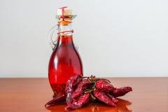 Óleo dos pimentões quentes Fotografia de Stock