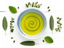 Óleo erval dos cuidados médicos alternativos e perfumado fresco em uma bacia Foto de Stock Royalty Free