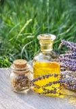 Óleo essencial da alfazema e de ervas úteis Ajuste para tratamentos dos termas imagens de stock royalty free