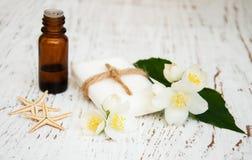 Óleo essencial e sabão com flor do jasmim Fotos de Stock Royalty Free