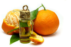 Óleo natural do mandarino isolado no fundo branco fotos de stock royalty free
