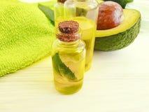 Óleo, nutriente fresco do aperitivo do verão do abacate em um fundo de madeira em um fundo de madeira imagem de stock