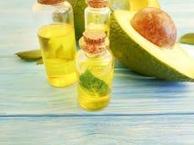 Óleo, nutriente orgânico do aperitivo do verão fresco do abacate em um fundo de madeira em um fundo de madeira imagem de stock royalty free