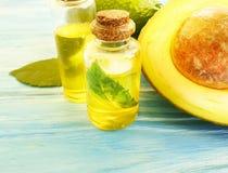 Óleo, nutriente orgânico do ingrediente do aperitivo do verão fresco do abacate em um fundo de madeira em um fundo de madeira fotografia de stock