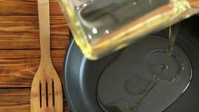 Óleo vegetal de derramamento à bandeja, vídeo do cozinheiro chefe de movimento lento video estoque