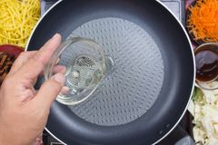 Óleo vegetal de derramamento do cozinheiro chefe a filtrar Foto de Stock