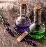 Óleos da aromaterapia, alfazema fresca e etiqueta vazia Imagens de Stock
