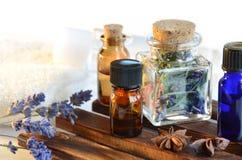 Óleos essenciais para a aromaterapia fotos de stock