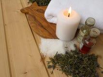 Óleos, vela e toalha da massagem Fotografia de Stock