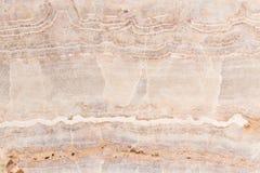 Ónix de mármol aligerado de las rebanadas Imagen horizontal Colores tranquilos calientes Cierre hermoso encima del fondo, textura Foto de archivo libre de regalías