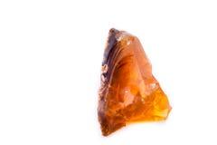 Ópalo de fuego de piedra mineral macro en el fondo blanco Imágenes de archivo libres de regalías