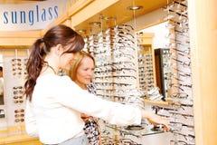 Óptico que ayuda al cliente con las opciones para los vidrios Fotografía de archivo libre de regalías