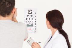 Óptico y paciente femeninos Foto de archivo