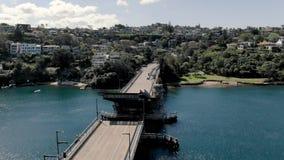 Órbita aérea del puente que es aumentado y cerrado para los barcos Puente del escupitajo almacen de metraje de vídeo
