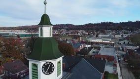 Órbita lenta alrededor de la aguja de las capillas de la pequeña ciudad almacen de metraje de vídeo