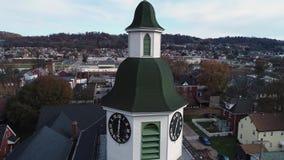 Órbita lenta alrededor de la aguja de las capillas de la pequeña ciudad almacen de video