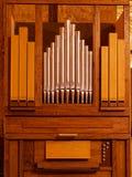 Órgão de tubulação dentro da igreja Católica fotos de stock