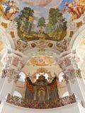 Órgão de tubulação na igreja barroca foto de stock