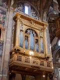 Órgão dourado e embutido magnífico dentro da catedral imagens de stock