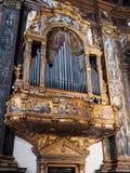 Órgão dourado e embutido magnífico dentro da catedral fotos de stock