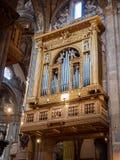 Órgão dourado e embutido magnífico dentro da catedral fotografia de stock royalty free