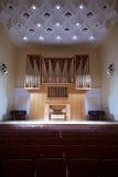 Órgano de tubo con el panel de control en el salón de conciertos Fotografía de archivo