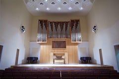 Órgano de tubo masivo en salón de conciertos vacío Imagen de archivo libre de regalías