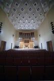 Órgano de tubo masivo en salón de conciertos vacío Imágenes de archivo libres de regalías