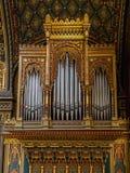 Órganos dentro de la sinagoga española en Praga Fotos de archivo libres de regalías