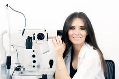 Ótico com Sit Lamp Biomicroscope Instrument Ready para um teste do olho fotos de stock