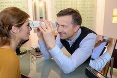 Ótico da vista lateral que faz testes da vista para o cliente fotos de stock royalty free