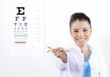 Ótico ou optometrista da mulher foto de stock