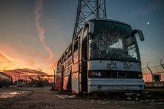 Ônibus abandonado oxidado e nascer do sol fotografia de stock royalty free