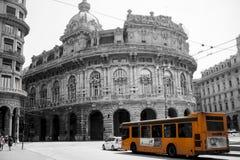 Ônibus alaranjado em Genoa fotos de stock royalty free