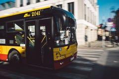 Ônibus amarelo e vermelho borrado do transporte público fotos de stock royalty free