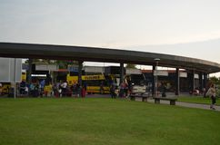 Ônibus amarelos e branco de Ecolines em uma estação em Mariampol, Letónia fotos de stock royalty free