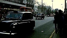 Ônibus arquivístico e táxi do transporte público em Londres vídeos de arquivo