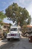 Ônibus branco do casamento em Paphos, Chipre fotos de stock royalty free
