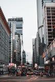 Ônibus, carros e táxis durante o nivelamento de horas de ponta em Kowloon Hong Kong China fotografia de stock royalty free