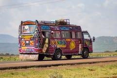 Ônibus colorido de diversos motivos no campo do ` s de Kenya Imagens de Stock