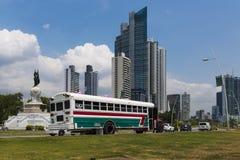 Ônibus colorido em uma avenida na baixa da Cidade do Panamá em Panamá Imagens de Stock Royalty Free