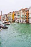 Ônibus da água de Vaparetto, táxi do táxi da água e a outra navigação do barco entre construções em Grand Canal, Veneza imagens de stock