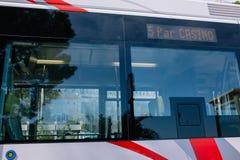 Ônibus da cidade no transporte público da cidade de Mônaco foto de stock