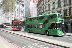 Ônibus de dois andares verdes e vermelhos em Londres, Reino Unido Fotografia de Stock Royalty Free